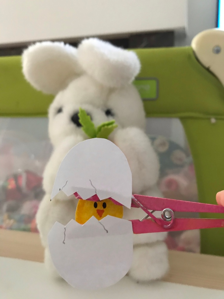 Easter craft: Peekaboo chicky🐣